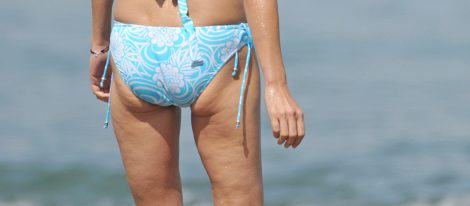 Inés Sastre en la playa