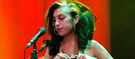 Amy Winehouse borracha durante un concierto en junio