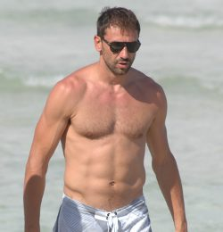 Marco Jaric con el torso desnudo
