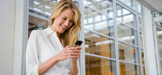 Mujer comunicando con su pareja a través del móvil
