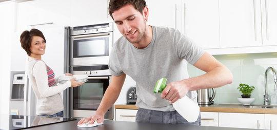 Pareja repartiéndose las tareas del hogar