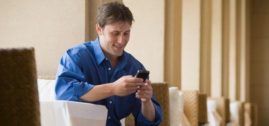 Hombre mandando mensajes por el móvil