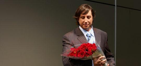 Hombre con un ramo de flores para su chica