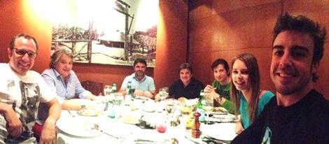 Fernando Alonso, Dasha Kapustina y parte de Ferrari antes del GP de Brasil 2012