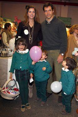 Luis Alfonso de Borbón y Margarita Vargas con sus hijos en el Rastrillo 2012