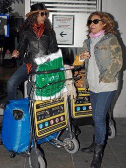 Lolita y Rosario Flores regresan a España con su familia tras ...