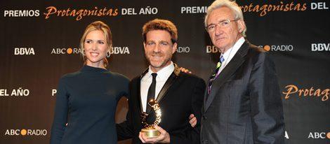 Juanjo Artero posa con su galardón en los Premios Protagonistas 2011 junto a Judit Mascó y Luis del Olmo