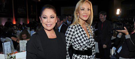 Isabel Pantoja y Carmen Lomana en los Premios Protagonistas 2011