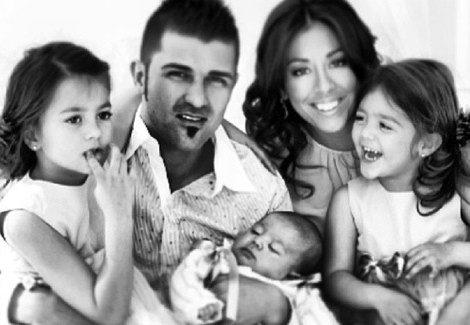 David Villa y Patricia González felicitan 2014 posando junto a sus tres hijos / Foto: Twitter