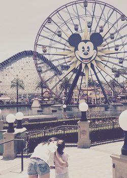 Katie Holmes hunto a su hija, Suri Cruise en Disneyland