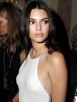 Kendall Jenner deja ver su piercing del pezón