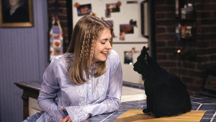 Melissa Joan Hart como Sabrina Spellman junto a su gato Salem