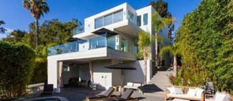 Patio trasero con piscina de la casa de Harry Styles en West Hollywood