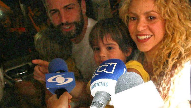 Shakira, Piqué y sus hijos atendiendo a la prensa / Instagram de El Tiempo