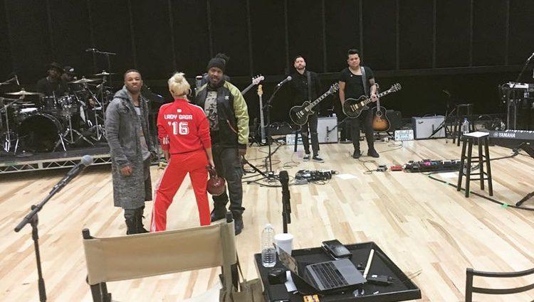 Lady Gaga ensayando junto a sus músicos el medio tiempo de la Superbowl