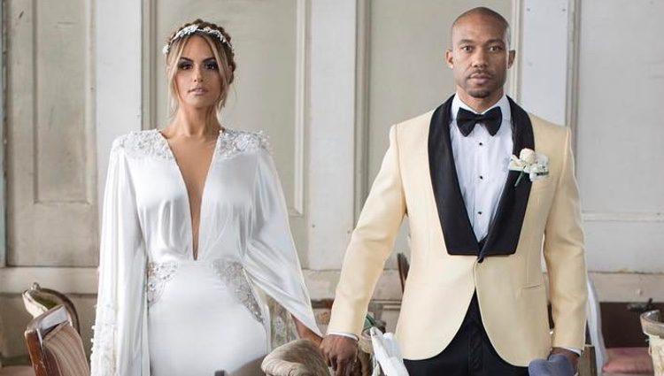 Pia Toscano posando junto a su marido en el bonito enlace