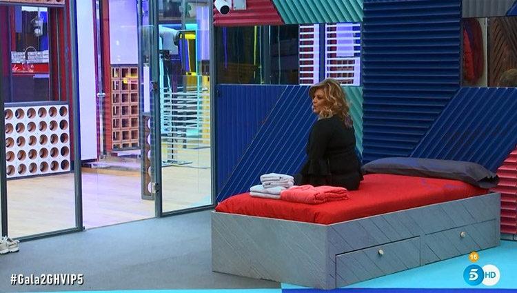 Terelu Campos prueba su cama en el dormitorio de las chicas | telecinco.es