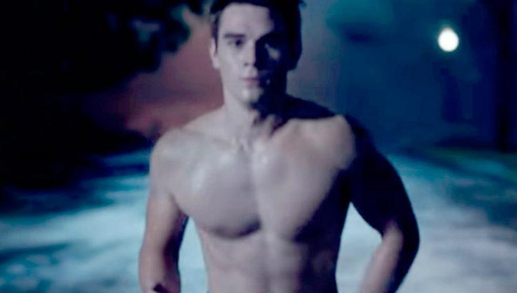 KJ Apa luciendo torso desnudo en un fotograma de la serie de The CW 'Riverdale'