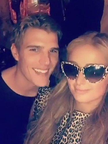 Paris Hilton con un joven en su fiesta de cumpleaños/ Fuente: Paris Hilton Snapchat