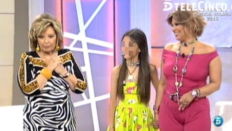 Alejandra Rubio junto a su madre y su abuela en el plató de 'QTTF' / Foto: telecinco.es