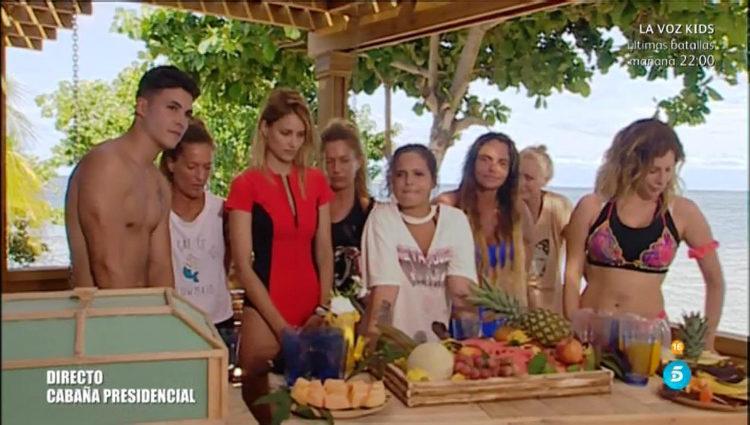 El grupo de las parejas espera en la playa antes de saltar del helicóptero   telecinco.es