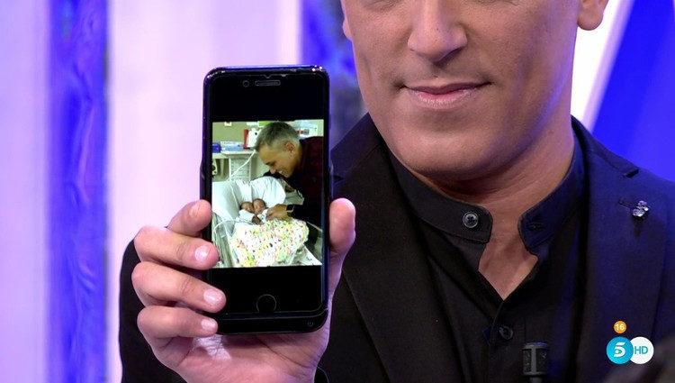 Kiko Hernández mostrando una foto de sus hijas en 'Sálvame' / Foto: telecinco.es