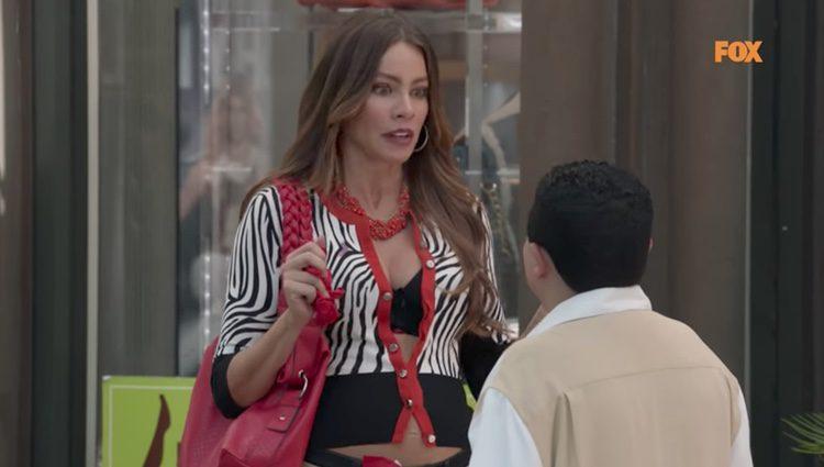 Sofía Vergara durante un momento comprometido en la serie 'Modern Family' / Fuente: YouTube