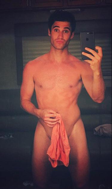 Darren Criss mostrando lo orgulloso que se siente de su cuerpo