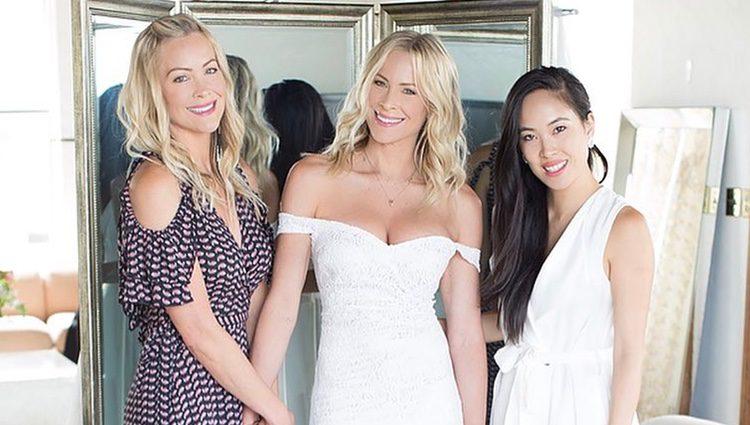 Brittany Daniel con su vestido de novia junto a su hermana Cynthia / Instagram
