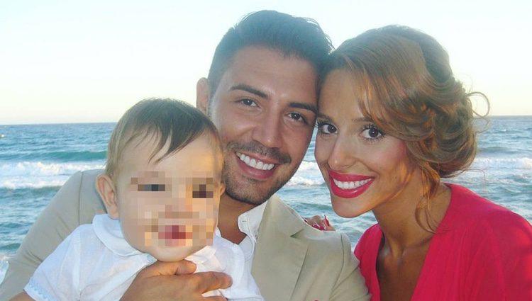 Jennifer con su pareja y su hijo / Instagram