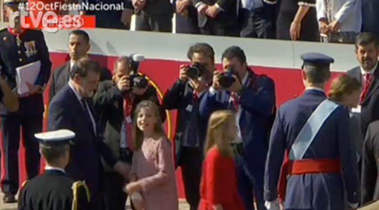 La Infanta Sofía deja ver su mano lesionada en el Día de la Hispanidad 2017