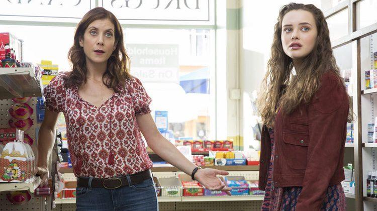 Kate Walsh junto a Katherine Langford en 'Por 13 razones'