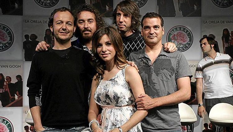 Leire Martínez posa por primera vez junto a los chicos de La Oreja de Van Gogh