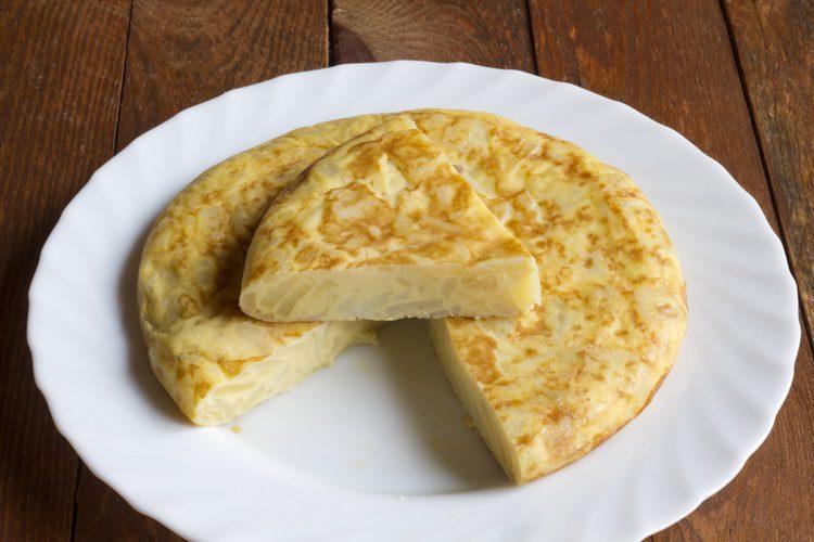 El huevo es uno de los ingredientes principales de la tortilla de patatas española