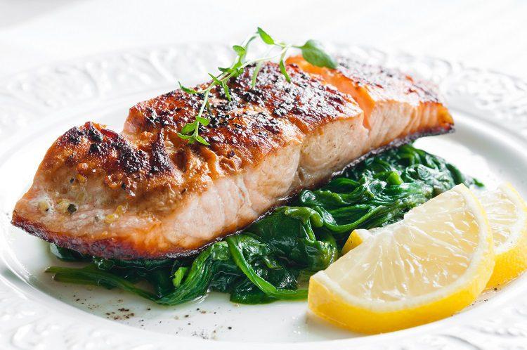 La receta de salmón al vapor con salsa de mostaza es muy nutritiva y saludable