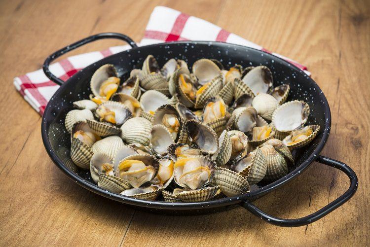 Los berberechos al vapor son un plato muy típico de España