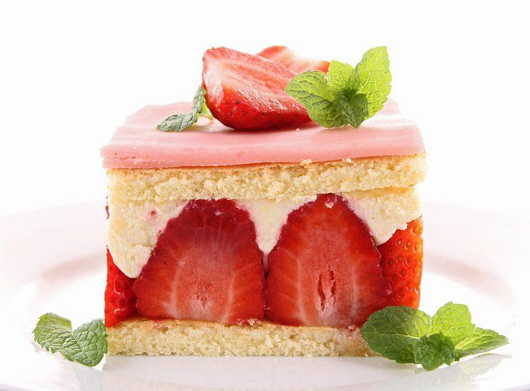 El primer paso para preparar este pastel holandés es calentar la leche en un cazo junto al aroma o la vaina de vainilla