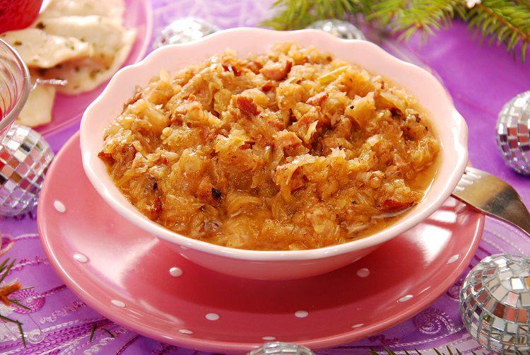 Es un plato que está compuesto por col agria y diferentes tipos de carnes, vegetales y frutas