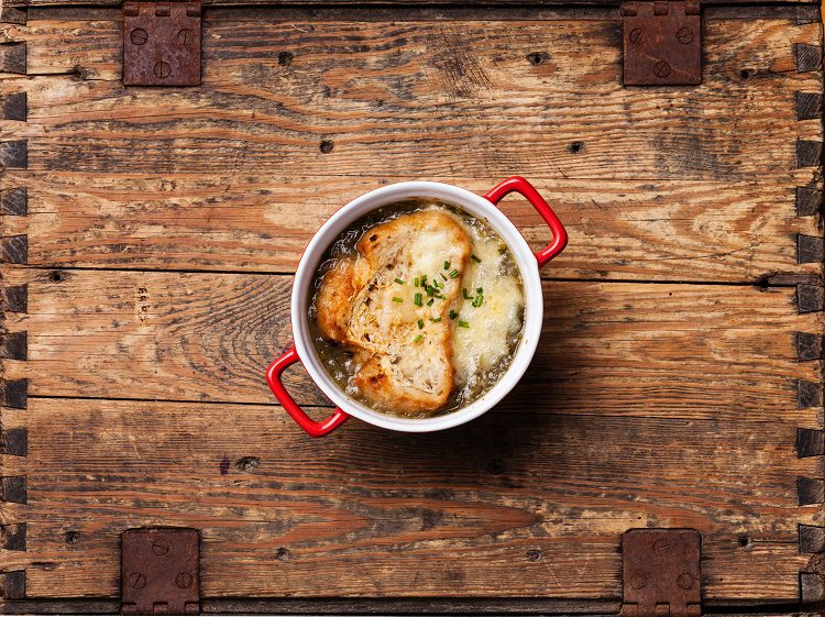La sopa de cebolla es un plato bastante tradicional de la gastronomía mundial