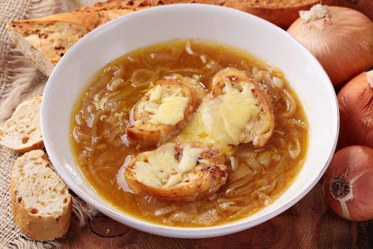 La sopa de cebolla se toma muy caliente