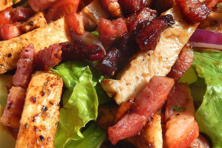 Ensalada de lechuga con bacon y aguacate
