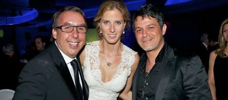 Alejandro Sanz con Emilio y Sharon Azcárraga en la gala Teletones