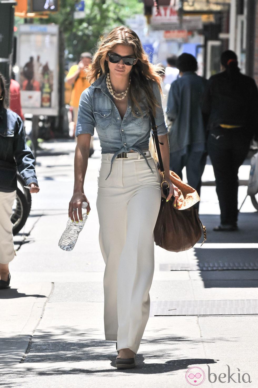 http://www.bekia.es/images/galeria/2000/2281_annalynne-mccord-con-camisa-vaquera-y-pantalones-blancos.jpg