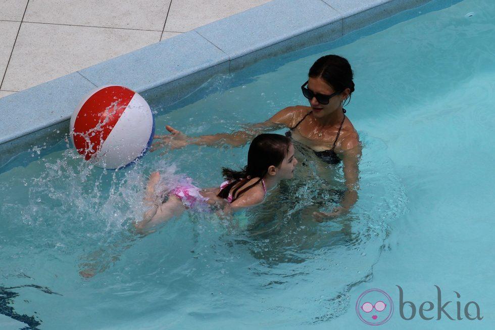Katie holmes y suri cruise ba ndose en una piscina en for Descuidos en la piscina