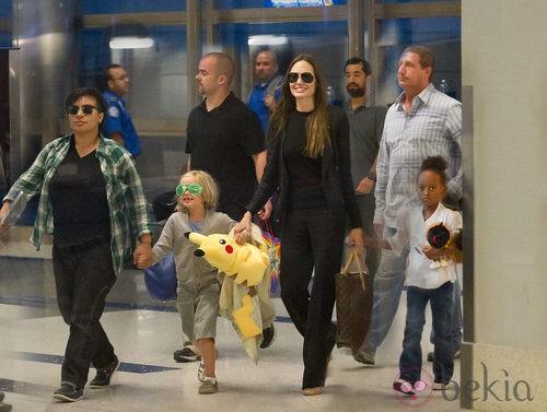 Angelina Jolie, Zahara y Shiloh en el aeropuerto de Los Angeles