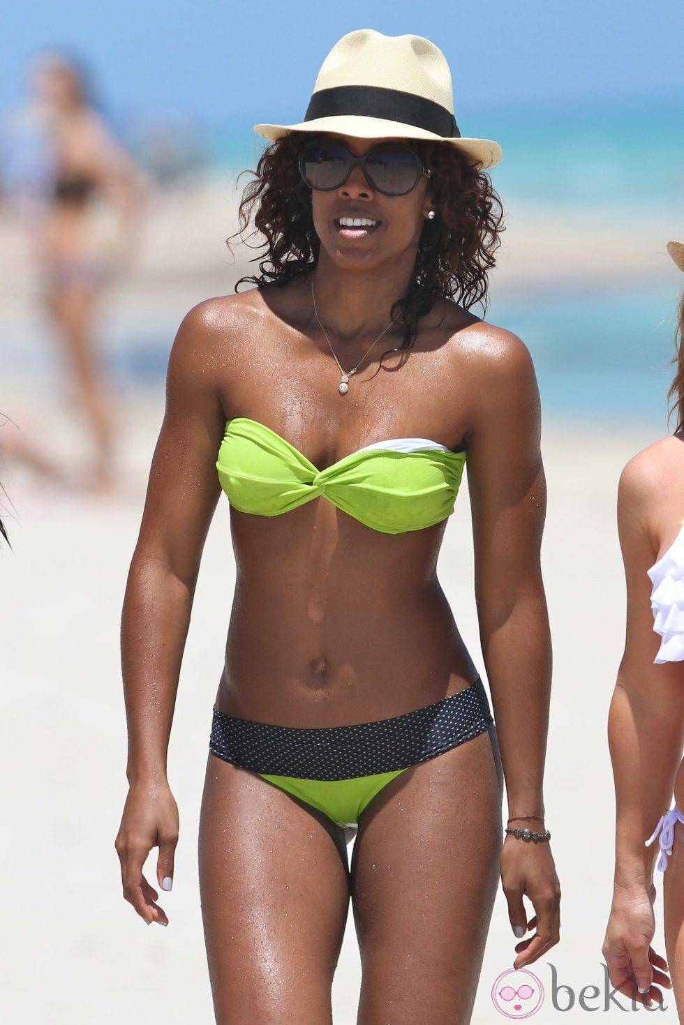 Kelly Rowland En Bikini La Playa