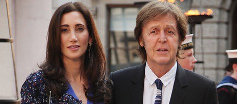 Paul McCartney y Nancy Shevell en un homenaje a Isabel II en la Academia de las Artes
