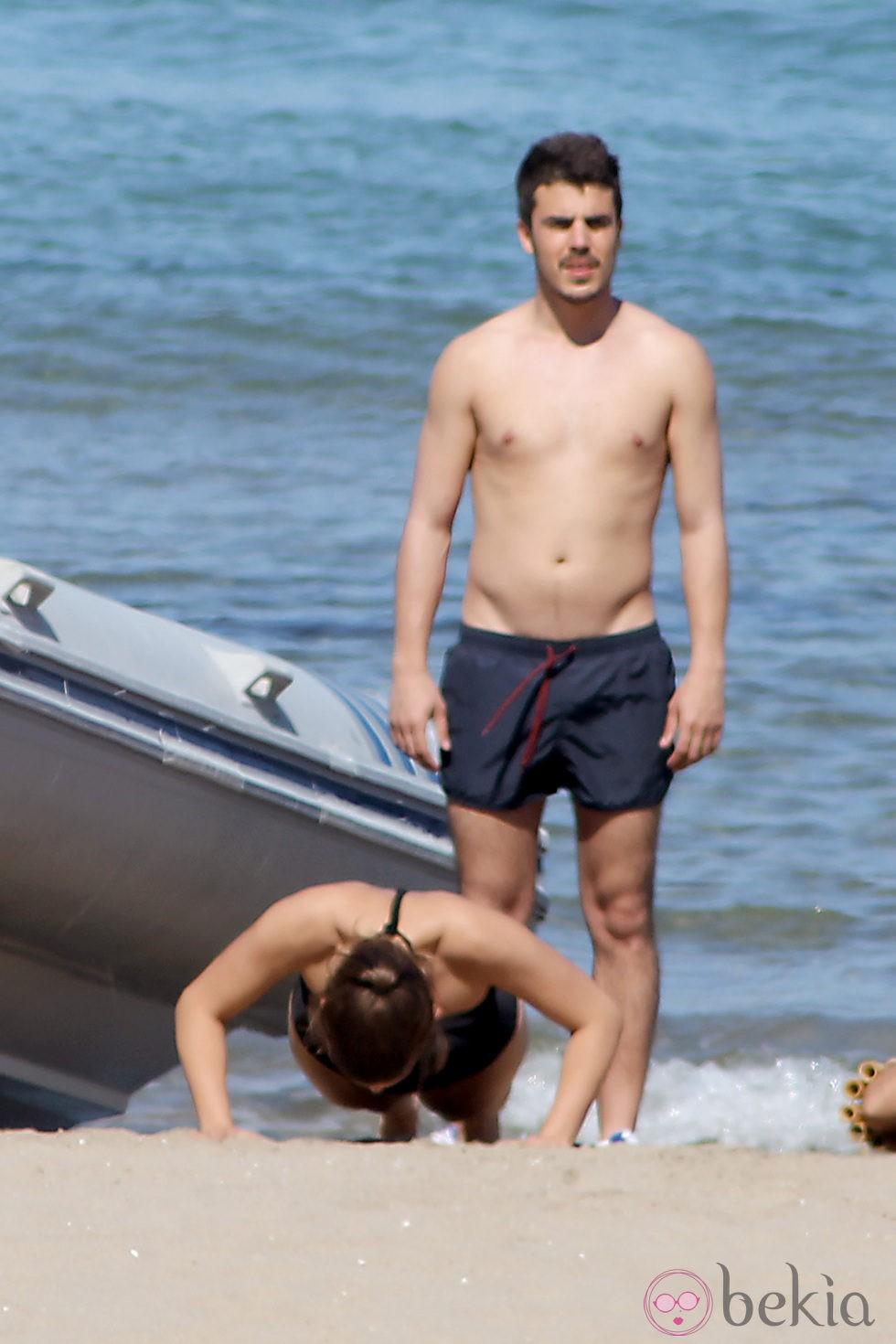 Javier Hernández con el torso desnudo en el rodaje de 'El Barco'