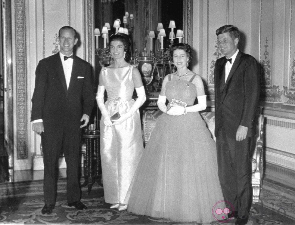 La Reina Isabel Y El Pr Ncipe Felipe Junto A John Y Jackie