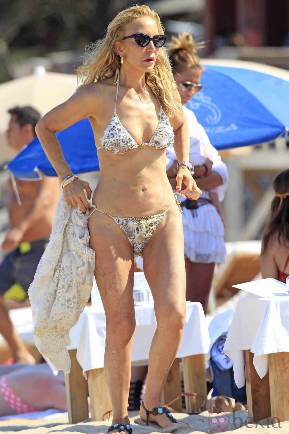 Splash - famosos, saltos y Guti - Página 2 22545_carmen-lomana-disfruta-biquini-playas-marbella